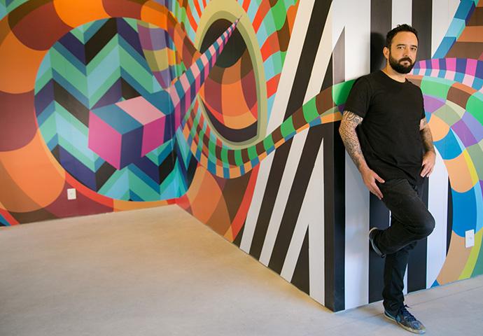 Artista plástico e ilustrador Duda Lanna responsável pela arte na fachada do Studio CB.